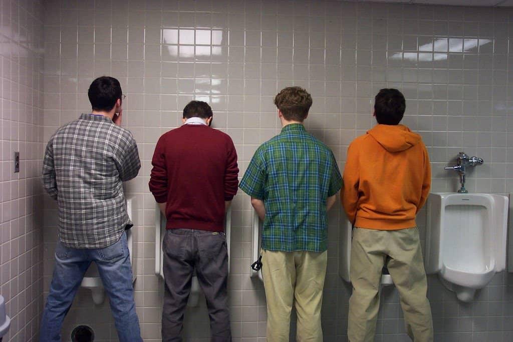 дыхание замерло, как мужчины писать в туалете они целуются