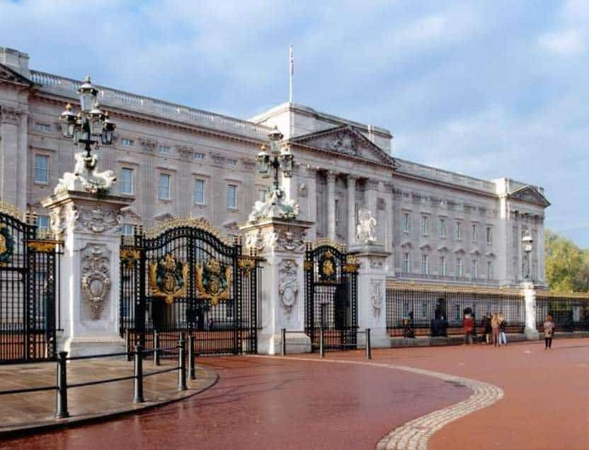 20 of the world 39 s most extravagant homes for Does buckingham palace have a swimming pool