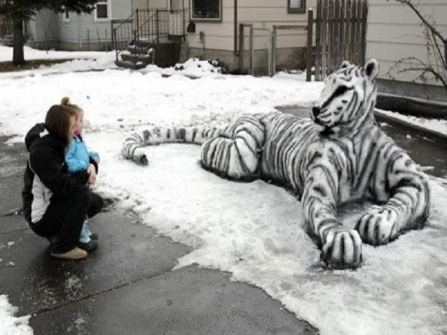 10 Amazing And Funny Snow Sculptures Made In People's Yards