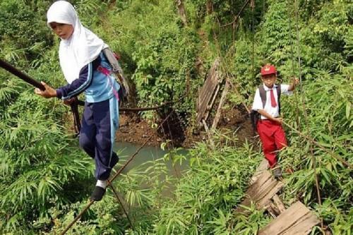 10 Extreme Conditions Under Which Children Travel To School